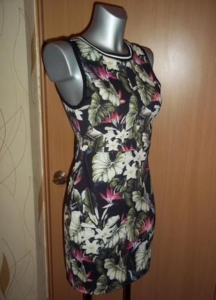 Стильное летнее платье из утягивающей ткани в тропический прин...