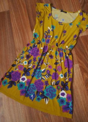 Платье горчичного цвета с яркими цветами