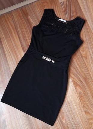 Маленькое черное платье в обтяжку с гипюровой вставкой