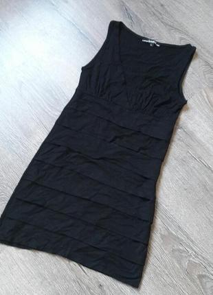 Черное трикотажное коктейльное платье с глубоким декольте