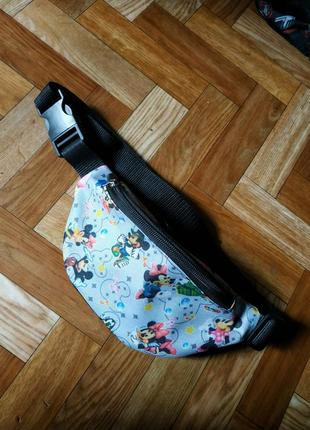 Молодежная сумка бананка с ярким принтом микки маус