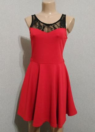 Красное платье с черным гипюром сверху