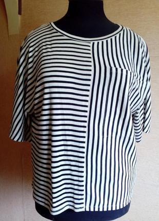 Стильная трикотажная футболка оверсайз в ч/б полоску на 48/54 р