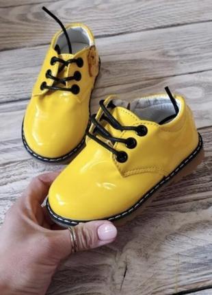 Туфли лаковые модные на шнурках яркие