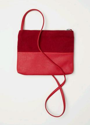 Красная сумочка на длинном ремешке