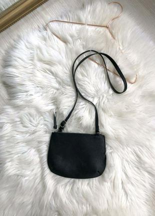Черная сумочка на длинном ремешке