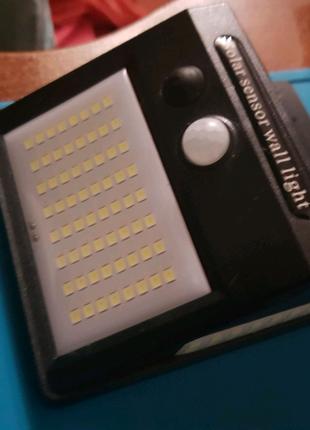 Настенный LED фонарь на солнечных панелях с датчиком движения