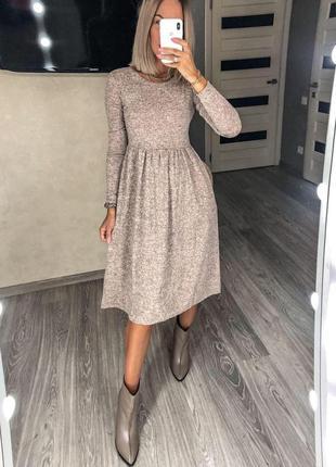 Женское платье с высокой талией и свободной юбкой