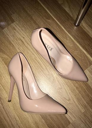 Лодочки бежевого цвета на каблуке