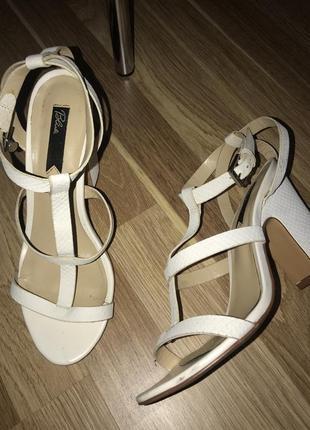 Белые босоножки на удобном каблуке