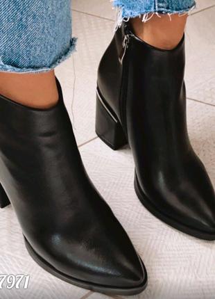 Короткие черные ботинки из эко-кожи