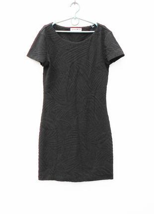 Черное облегающее трикотажное фактурное платье