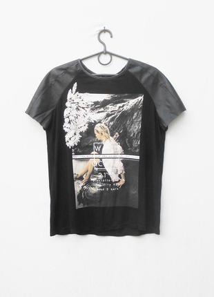 Черная футболка с кожаными вставками с рисунком из вискозы