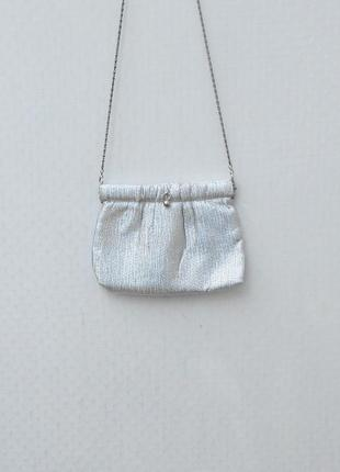 Маленькая тканевая серебрянная сумочка на цепочке