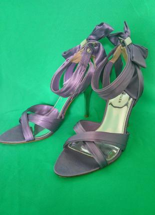 Нарядные фиолетовые атласные босоножки karen millen, бант