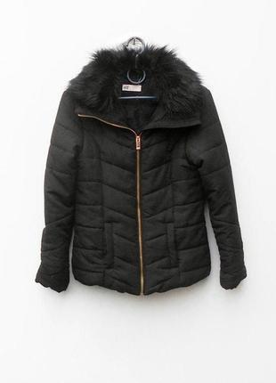 Черная стеганая осенняя демисезонная куртка с меховым воротником