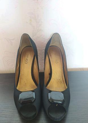 Вечерние туфли на каблуке