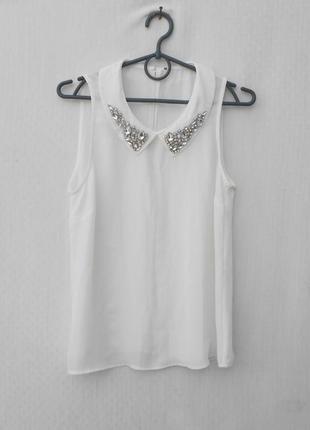 Белая летняя нарядная классическая блузка с воротником с камнями