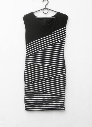 Черное трикотажное облегающее платье в полоску