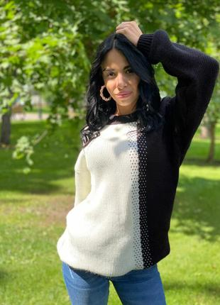 Черно белый удлиненный свитер