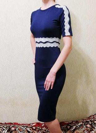 Летнее трикотажное облегающее платье миди с кружевом
