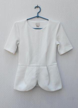 Белая фактурная блузка с баской