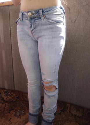 Брендовые, модные джинсы с порватостями на девочку