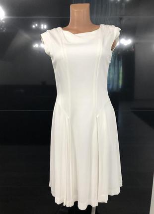 Очень красивое платье бело-молочного цвета.