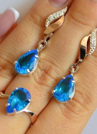 Серебряный набор серьги-подвески и кольцо с голубыми фианитами...
