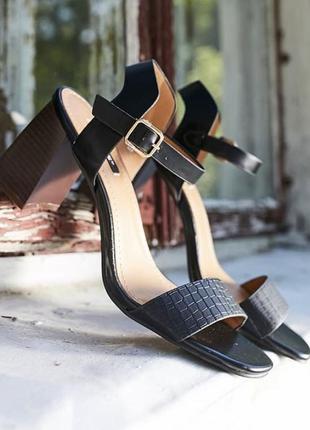 Женские босоножки на среднем каблуке