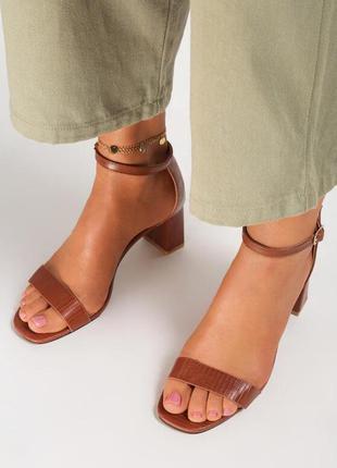 Утончённые женские босоножки на среднем каблуке