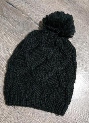 Черная ажурная шапка с бубоном