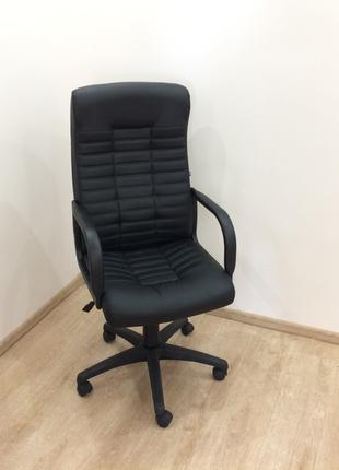 Чёрное офисное кресло на колёсиках ортопедическое идеальное газли