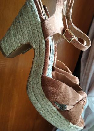Босоножки на удобном каблуке платформа gorgeous