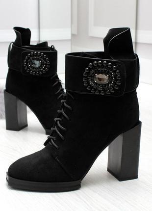 Чёрные женские ботинки на шнуровке