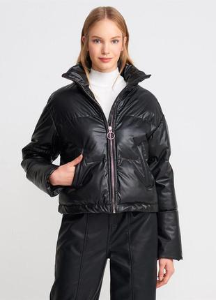 Чорна тепла зимова куртка