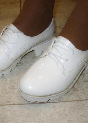Туфли женские на тракторной подошве белые