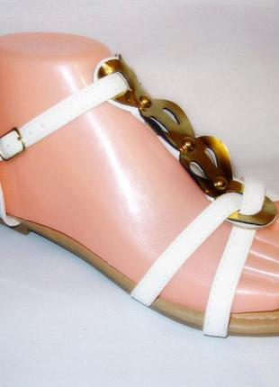 Босоножки белые с золотистой пряжкой низкий каблук