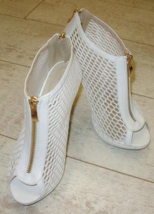 Босоножки высокие белые на каблуке сетка