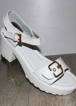 Комфортные белые босоножки средний каблук