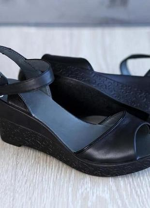 Кожаные босоножки черные, бежевые на танкетке натуральная кожа