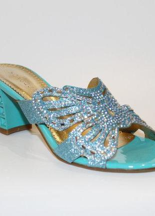 Шлепанцы голубые блестящие со стразами бабочка средний каблук