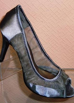 Атласные серые туфли на каблуке с открытым носом польша