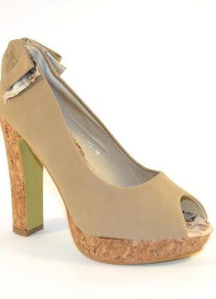 Бежевые туфли на высоком каблуке с открытым носком с бантом