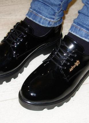 Туфли женские черные лаковые на шнурках тракторная подошва сте...