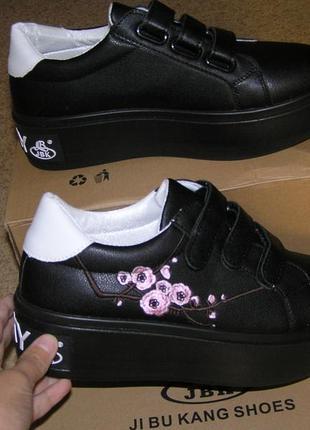 Кроссовки слипоны черные с вышивкой на платформе липучки