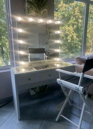 Стол для макияжа с подсветкой и стеклянным покрытием