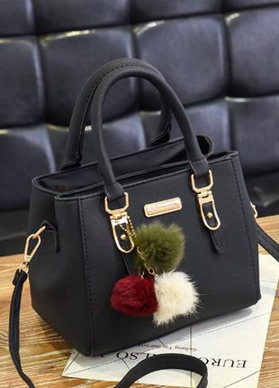 Стильная маленькая сумка с брелком-помпонами черная, серая