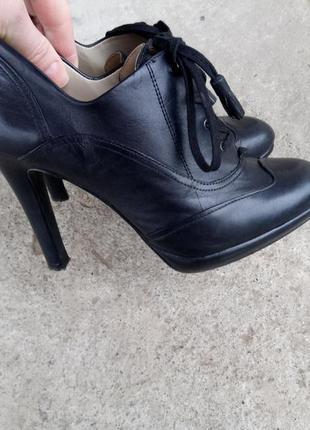 Кожаные туфли на каблуке раз. 38