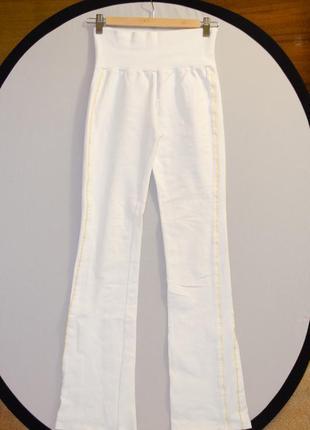 Белые спортивные штаны oggi c золотыми полосками